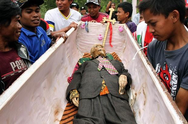 O ritual em Tana Toraja foi realizado na quinta-feira (23), mas as imagens foram disponibilizadas esta sexta (24). (Foto: Elang Herdian/AP)