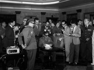 General Artur da Costa e Silva assina o  AI-1 em 9 de abril de 1964 (Foto: Arquivo / Agência O Globo)