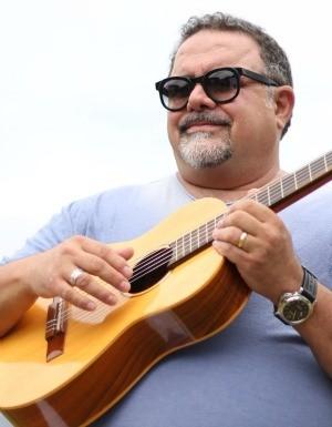 Leo Jaime canta 'Como uma onda no mar'