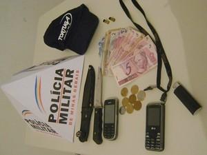 Material apreendido pela polícia no carro dos criminosos e no locao do assalto (Foto: Divulgação / Polícia Militar)