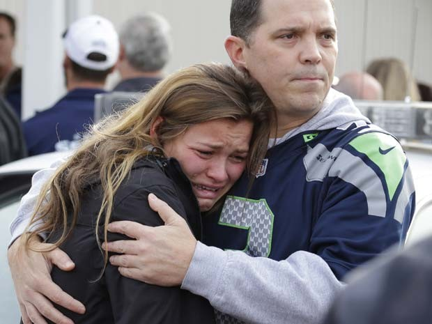 Menina chora enquanto espera na igreja próxima a escola, para onde os estudantes foram levados após o tiroteio (Foto: Ted S. Warren/AP)