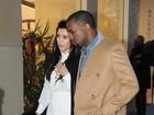 Grávida, Kim Kardashian passeia com Kanye West em Paris