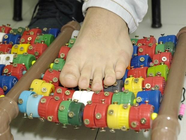 Um massageador foi desenvolvido com tampinhas de garrafa (Foto: Amanda Dames/Divulgação)