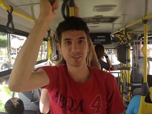 Estudante Márcio Henrique aprovou novos ônibus, mas citou problemas (Foto: Fernanda Borges/G1)
