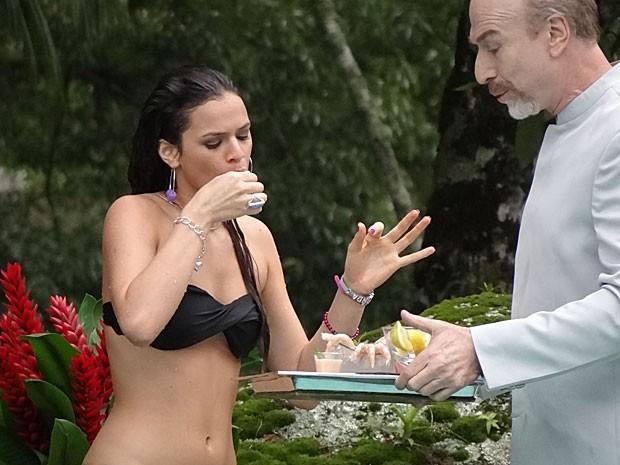 A periguete se esbalda com os camarões sob olhar atento de Thompson (Foto: Salve Jorge/TV Globo)
