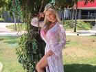 Veridiana Freitas arrasa com as pernas à mostra em vestido com fenda