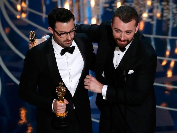 Sam Smith e Jmmy Napes recebem oscar por 'Writing's on the wall', do filme '007 contra Spectre' (Foto: REUTERS/Mario Anzuoni)