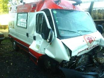 Ambulância, que socorria vítimas, acabou sofrendo acidente (Foto: PRE/Divulgação)