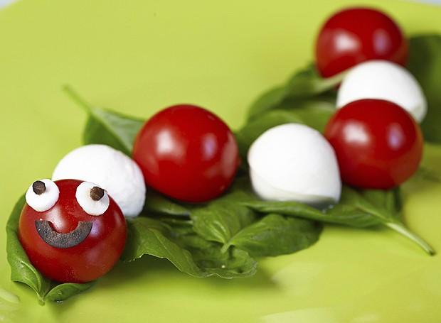 Com mussarela de búfala e tomatinho, a centopeia ganha graça (Foto: ThinkStockPhotos)