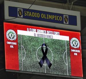 Telão no jogo do Torino homenageia Chapecoense (Foto: EFE/ALESSANDRO DI MARCO)