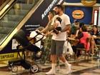Ex-BBBs Aline Gotschalg e Fernando Medeiros passeiam com o filho no Rio