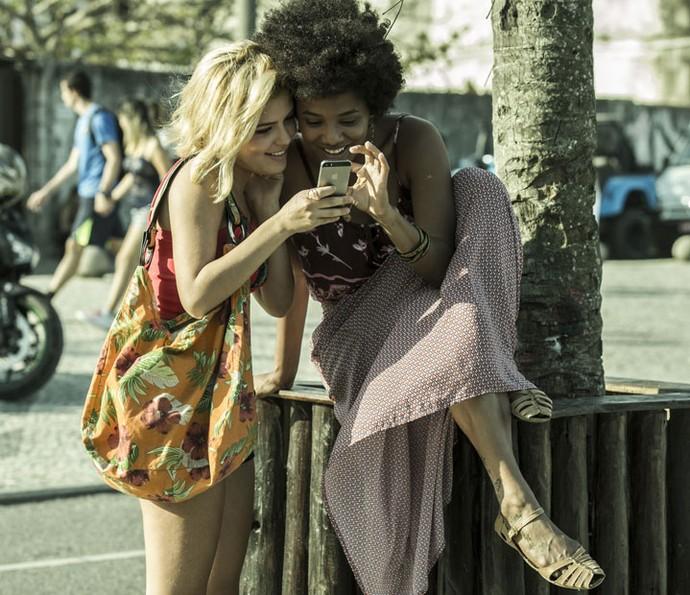 Julia Dalavia e Jéssica mostram que a amizade também existe por trás das câmeras (Foto: Ellen Soares/Gshow)