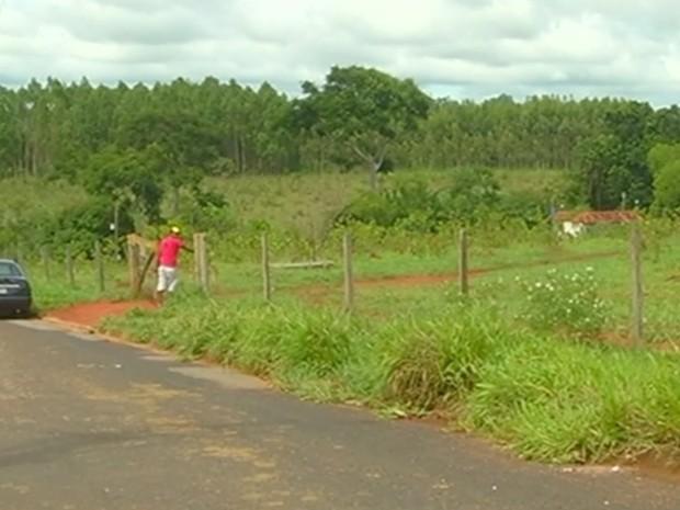 Idoso morreu enquanto consertava cerca da fazenda, em Goiás (Foto: Reprodução/TV Anhanguera)