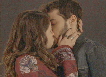Camila beija Giovanni
