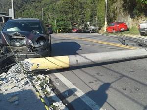 Carro derruba poste e interdita via na entrada do Parnaso, em Teresópolis (Foto: Arquivo pessoal/Paulo Vicente)