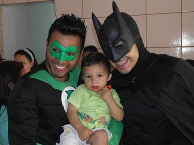 Leandro (de Lanterna Verde) e Ricardo (de Batman), no dia em que conheceram Gabriel durante ação social em abrigo de Itaquaquecetuba (Foto: Ricardo Reis/Arquivo Pessoal)