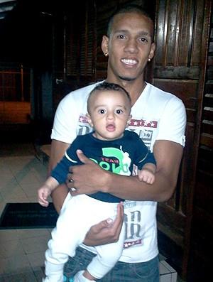 Samuel Rosa com o filho Sauã (Foto: Divulgação / Arquivo Pessoal)