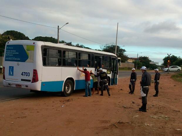 Policiais militares também abordaram ônibus (Foto: Reprodução/Inter TV Cabugi)