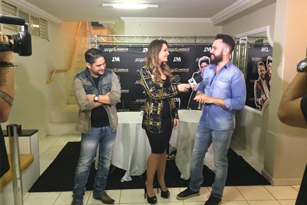 Cecília entrevista Jorge e Mateus na Fenamilho 2015 (Foto: Nágila Moraes)