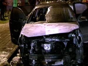 Carro foi completamente destruído na noite de sexta-feira  (15) em Chapecó (Foto: Reprodução/RBS TV)