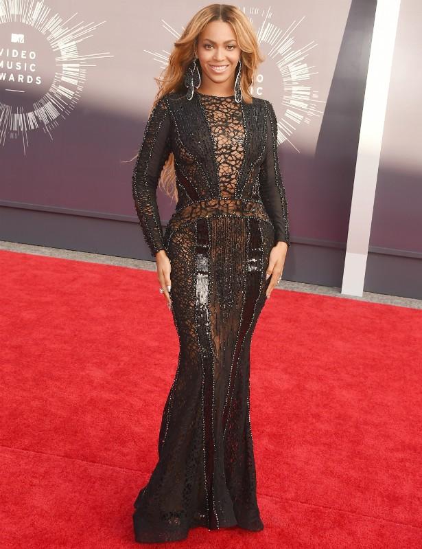 Beyoncé no tapete vermelho do VMA 2014... (Foto: Getty Images)