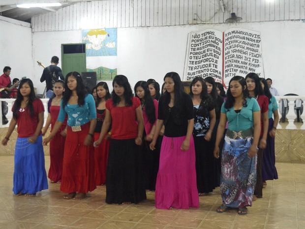 Dança em louvor a Jesus Cristo na aldeia Kumenê, em Oiapoque (Foto: Abinoan Santiago/G1)
