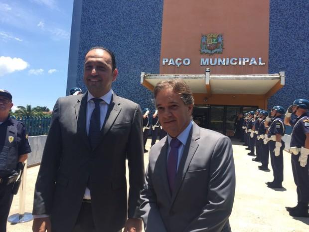 Carlinhos Almeida recebe o novo prefeito, Felício Ramuth, no Paço (Foto: Camilla Motta/G1)