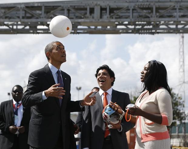 O presidente dos EUA, Barack Obama, faz embaixadinhas nesta terça-feira (2) durante visita a Dar es Salaam, na Tanzânia (Foto: Jason Reed/Reuters)