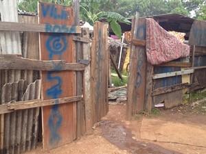 Família mora em um barraco às margens do Rio Meia-Ponte (Foto: Fernanda Borges/G1)