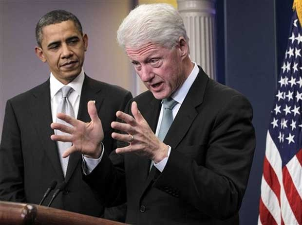 Bill Clinton, à frente, e Barack Obama em foto de dezembro de 2010 (Foto: AP)