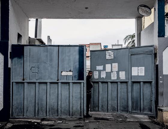 A entrada da cadeia de Benfica.Os poderosos do Rio foram separados,de acordo com seus partidos (Foto:  Stefano Martini/ÉPOCA)