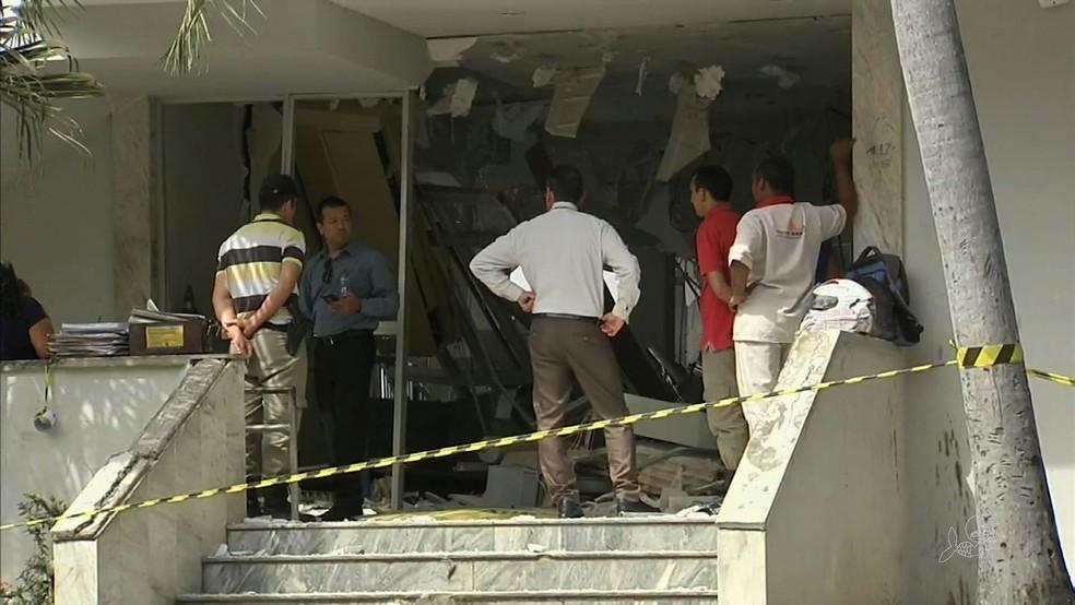 Bando explide agência bancária em Redenção, no Ceará (Foto: TV Verdes Mares)