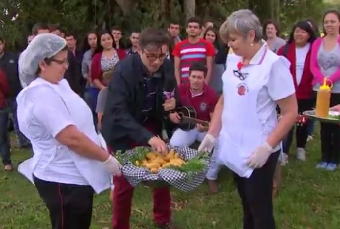Marcão experimentou a tradicional receita de bolinho de mandioca de Buri (Foto: Reprodução/TV TEM)