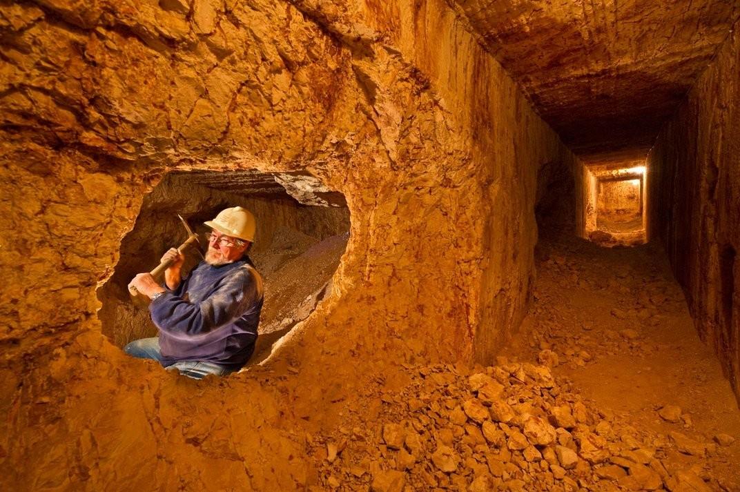 Boa parte da população da cidade trabalha nas minas de opala (Foto: Divulgação)