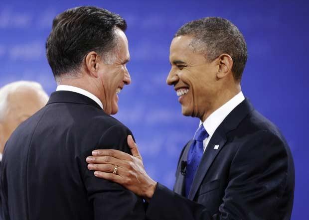 Romney e OBama se cumprimentam no início do debate desta segunda-feira (22) em Boca Raton, na Flórida (Foto: AP)