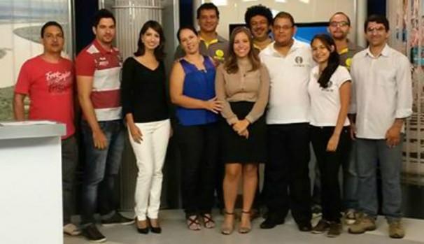 Colegas de vários setores da afiliada foram abraçar a apresentador Maria Fernanda (Foto: Rafael Gamboa/Inter TV)