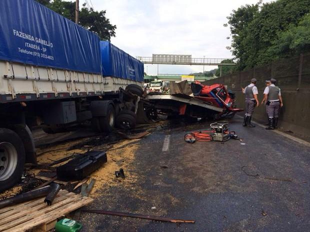 Carga de soja ficou espalhada na rodovia após acidente em Cubatão (Foto: Solange Freitas/TV Tribuna)