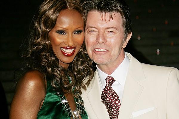 """O rockstar David Bowie conheceu a modelo Iman em 1990 e logo após o encontro, segundo ele, """"já estava escolhendo o nome de seus futuros filhos"""". Eles se casaram em 1992 e em 2000, tiveram sua primeira filha juntos. (Foto: Getty Images)"""