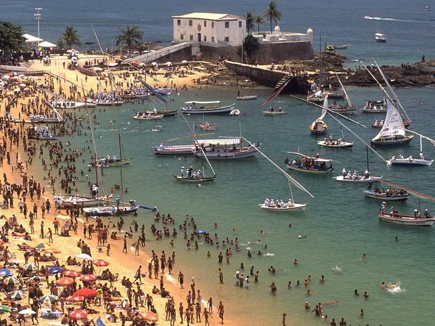Vista da Praia do Porto da Barra, no bairro da Barra, em Salvador (BA), onde banhistas aproveitam o dia quente. (Foto: Luciano Andrade/Estadão Conteúdo)