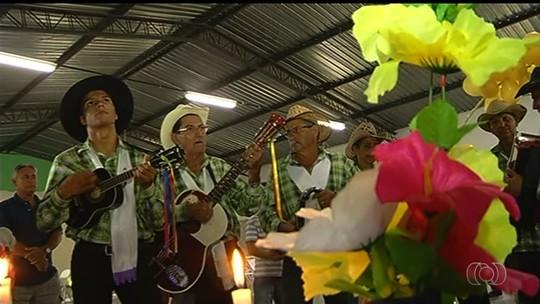 Grupo de Catalão mantém tradição e celebra a Folia de Reis, em Goiás