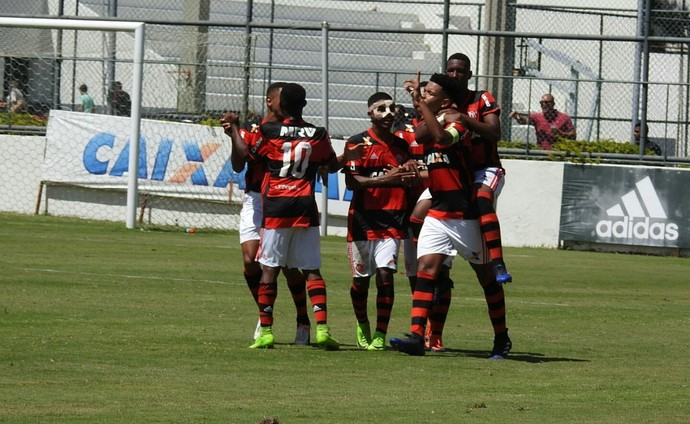 Rubro-negros comemoram gol de Patrick no Fla-Flu sub-17 (Foto: Hector Werlang)