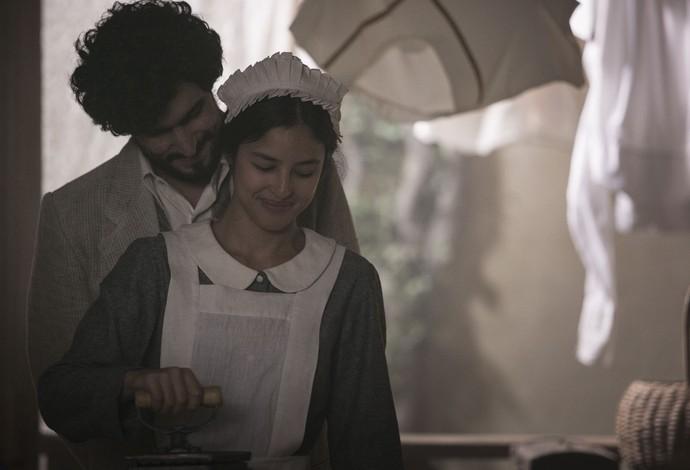 Vicente chega na área de empregados para namorar com Júlia (Foto: Raphael Dias/Gshow)