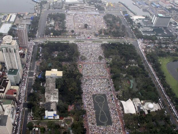 Foto aérea tirada durante missa mostra multidão reunida em Manila (Foto: Philippine Air Force, Sgt. Ray Bruna/AP Photo)