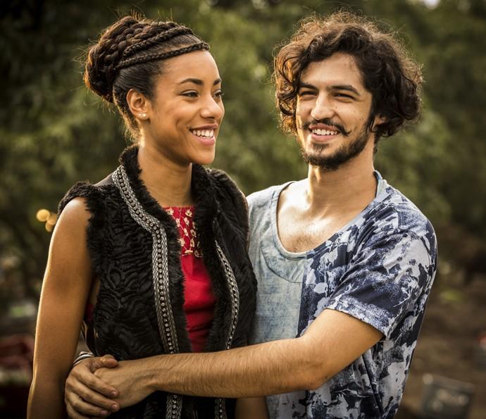 O casal volta a se relacionar (Foto: Inácio Moraes/Gshow)