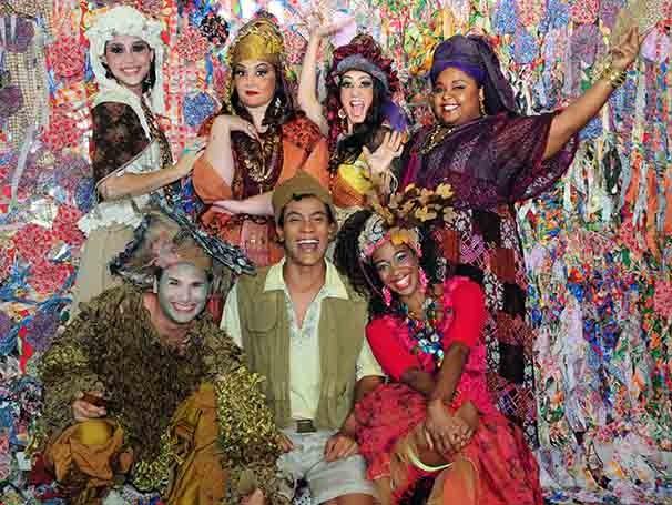 O texto do espetáculo foi escrito em 2000 e é inspirado na festa popular da Ilha do Paty (Foto: Aline Ourique)
