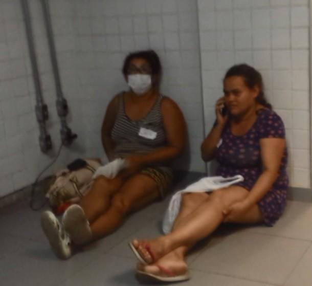 Mulheres esperam atendimento médico no chão do hospital, em Campinas (Foto: Hildeberto Jr./G1)