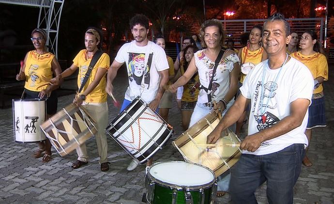 Além de aliviar o estresse, praticar a percussão também disperta a criatividade e aproxima as pessoas (Foto: TV Sergipe)