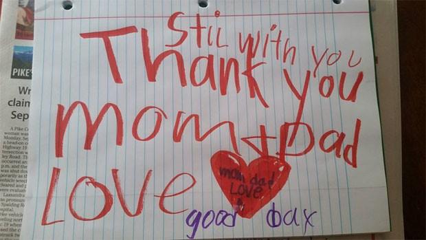 'Ainda com vocês. Obrigada, mãe e pai. Com amor. Tchau', diz o bilhete deixado por Leland Shoemake, de 6 anos, para seus pais (Foto: Reprodução/Facebook/PrayersforLeland)
