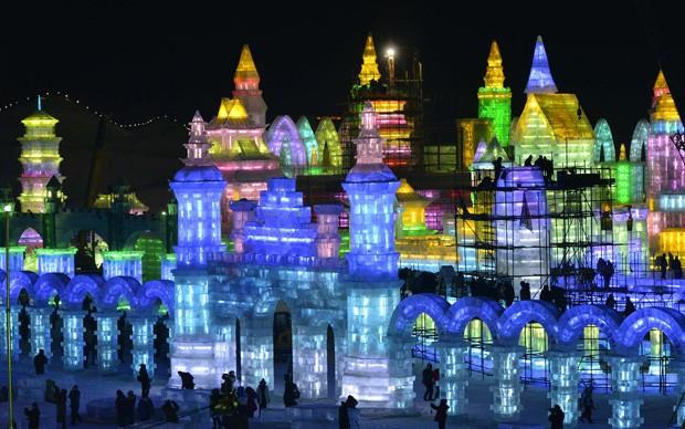 Esculturas aparecem iluminadas durante preparação de festival em Harbin, na China (Foto: Sheng Li/Reuters)