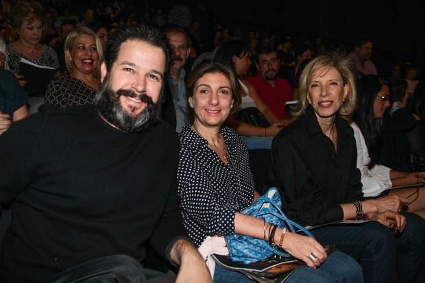 Mruilo Benício, Marília Gabriela e uma amiga assistem peça de teatro (Foto: Manuela Scarpa e Marcos Ribas/Foto Rio News)